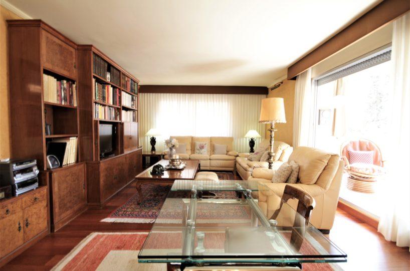 Piso alto con agradable terraza en calle exclusiva de Tres Torres.