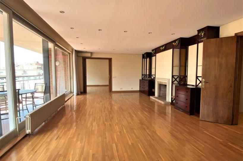 Gran piso con amplia terraza en venta en Reina Victoria.