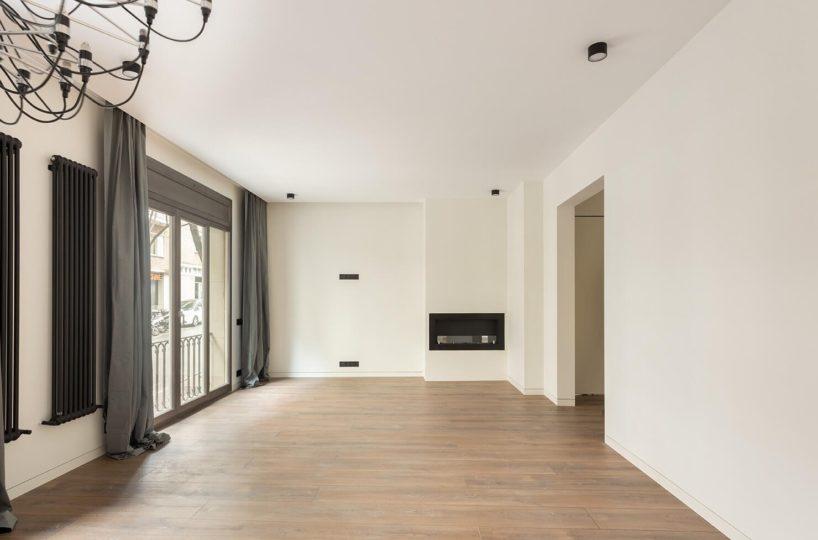 Amplio piso totalmente reformado, a estrenar, en finca de prestigio de Calvet.
